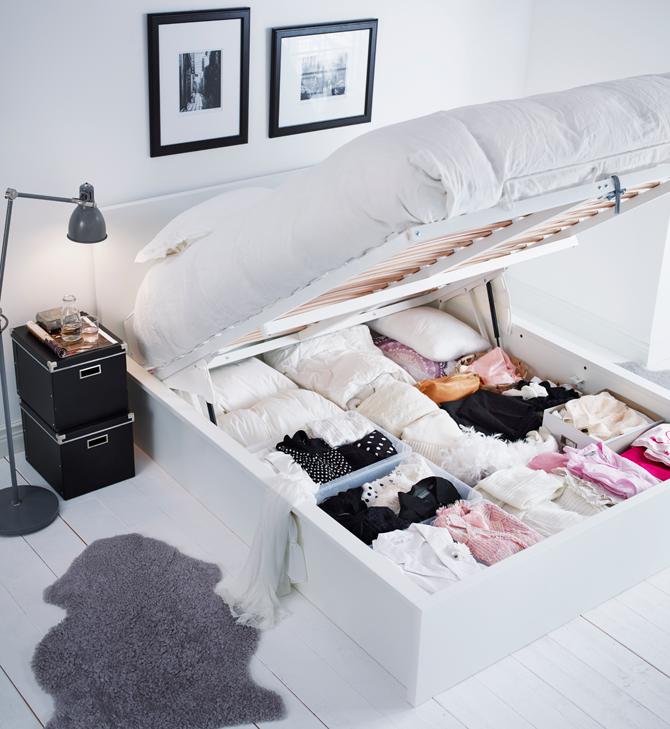 ... het inrichten van de slaapkamer Van de juiste nachtkastjes en lampen